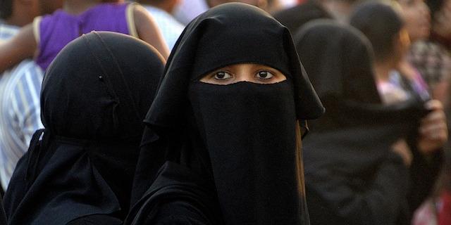 """In Danimarca passa il """"burqa ban"""": vietato coprirsi il volto in pubblico."""