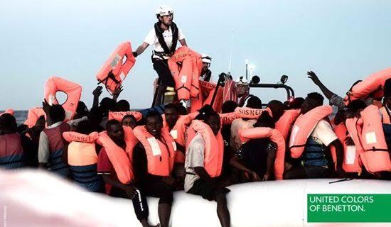 Benetton lancia la pubblicità con i migranti, e scoppia la polemica.