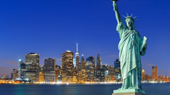 La statua della libertà compie 133 anni : svetta all'entrata del porto di New York.