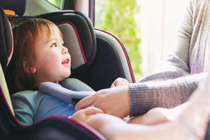 """Seggiolini auto bimbi: passa alla Camera la legge dei dispositivi """"anti-abbandono"""""""
