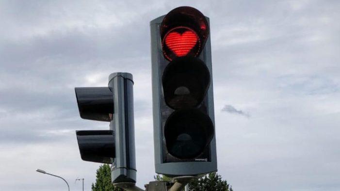 Islanda, ad Akureyri semafori a forma di cuore per ricordarsi di sorridere.