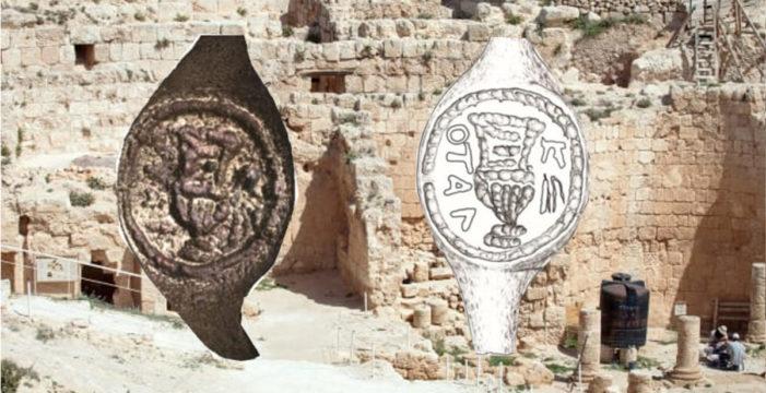 L'anello di Ponzio Pilato trovato a Betlemme: il nome decifrato grazie a una tecnica fotografica.