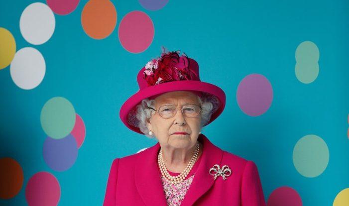 """C'è una parola che la Regina Elisabetta ha vietato a corte perché """"volgare e plebea"""" ."""