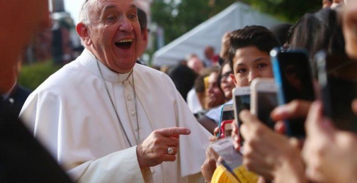 """PAPA BERGOGLIO LANCIA """"CLICK TO PRAY"""": UN'APPLICAZIONE PER PREGARE DA SMARTPHONE."""