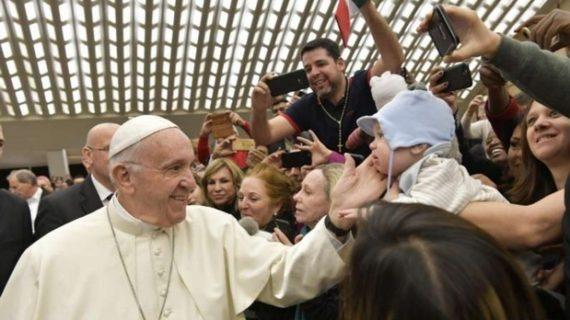 Papa Francesco: chi non vede le lacrime dei poveri ha il cuore di pietra, la preghiera può far intenerire il cuore.