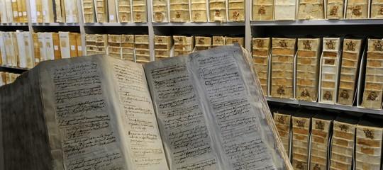 Papa Francesco apre gli archivi del Vaticano: alcuni scheletri potrebbero uscire dopo anni di segreti.