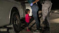 Bimba in lacrime al confine tra Messico e Stati Uniti: premiata come foto dell'anno