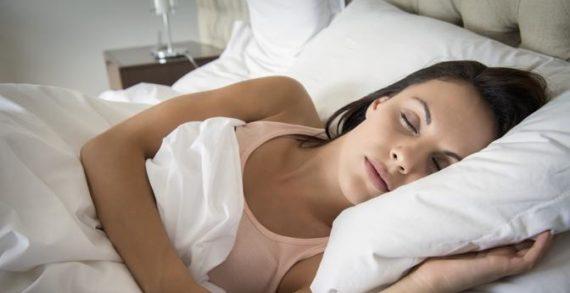 Col passare del tempo dormiamo meno: ecco alcuni consigli e i motivi per farlo, ma qual è l'età critica.