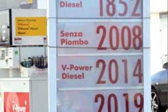 Benzina in autostrada arriva a 2,2 euro: Codacons pronta all'esposto.
