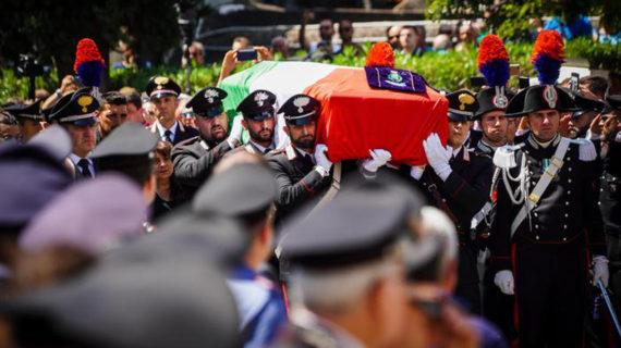 Bendiamoci anche noi con un fazzoletto, ma macchiato di rosso, che ricorda il sangue del Vice-Brigadiere Mario Cerciello Rega.