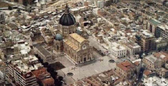 Il Comune di Cerignola (in provincia di Foggia) è stato sciolto per mafia ed a poche ore di distanza due bossoli di pistola sono stati ritrovati davanti alla sede storica della Democrazia Cristiana