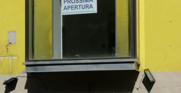 Si lavora in maniera alacre per l'apertura della nuova sede della Democrazia Cristiana a San Felice a Cancello (in provincia di Caserta).