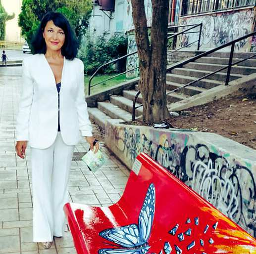 """Inaugurata a Monterotondo (provincia di Roma) la terza """"panchina rossa d'arte"""" dedicata alle donne ad opera di Pietra Barrasso"""