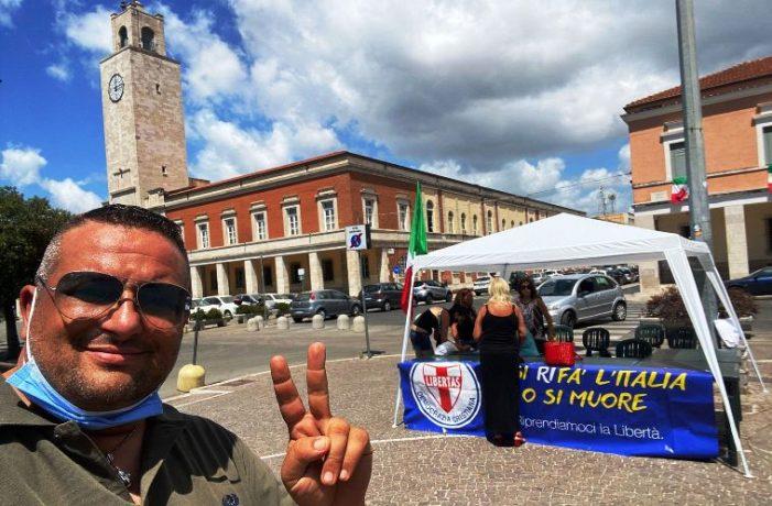 Gazebo della Democrazia Cristiana in piazza del Popolo a Latina per incentivare le adesioni al partito dello scudocrociato per l'anno 2021 !