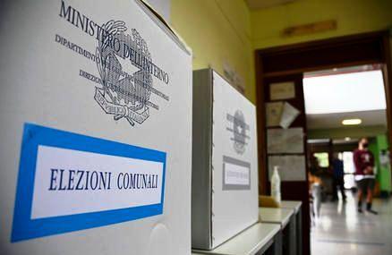 ANDREA CACCIOTTI: ORMAI PIU' DI UN ITALIANO SU DUE NON CREDE PIU' A QUESTO SISTEMA POLITICO/PARLAMENTARE DELUDENTE ED ARRAFFONE !